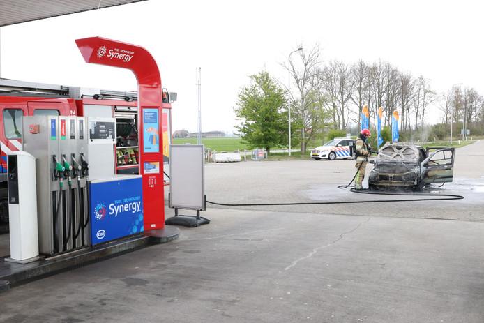 Een auto is zaterdagochtend uitgebrand net voor de benzinepomp Han Stijkel aan de A6. Daardoor is het tankstation tijdelijk even gesloten.