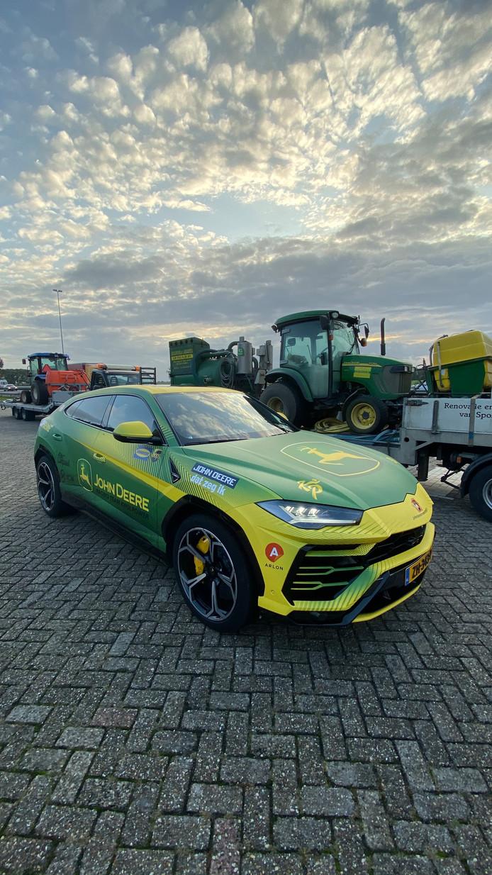 De peperdure Lamborghini van Knol naast een John Deere tractor