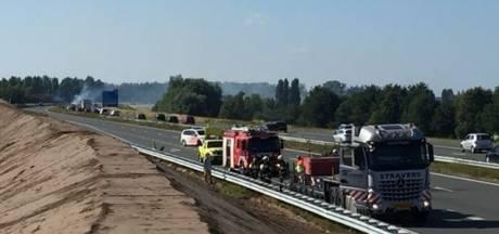 Berm staat in brand door ongeluk met vrachtwagen op A50 bij Veghel, weg richting Eindhoven weer open