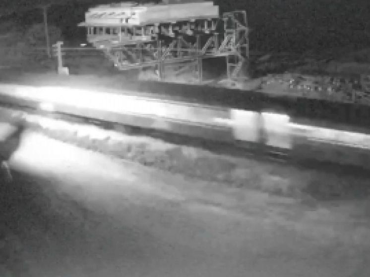 Schokkende camerabeelden tonen hoe trein op wagen inrijdt op overweg