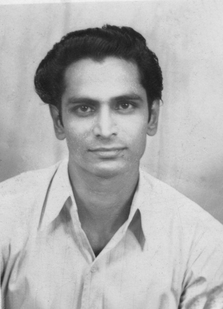 Sahadew Raghoebarsing, roepnaam Nandoe, is op deze foto uit 1946 22 jaar. Uit het boek 'Uit de klei van Saramacca' door Stanley Raghoebarsing. Beeld archief van de familie