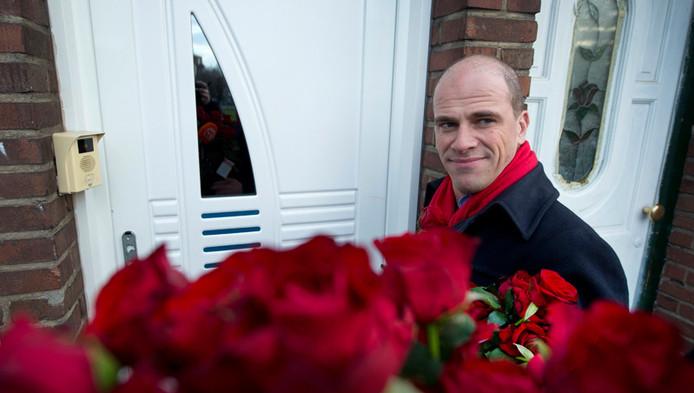 PvdA-leider Diederik Samsom loopt met een bos rode rozen langs de deuren om campagne te voeren voor zijn partij PvdA voor de gemeenteraadsverkiezingen.