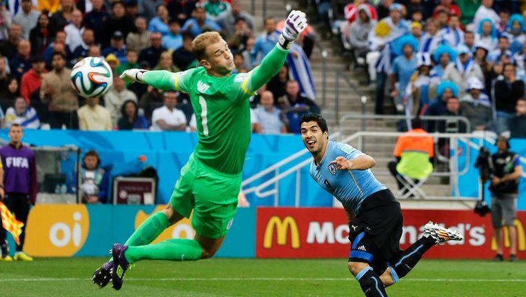 Juni 2014: Luis Suarez knalt het leer langs Joe Hart tijdens de groepswedstrijd tussen Uruguay en Engeland op het WK voetbal. De Engelsen zijn ook meteen uitgeschakeld.