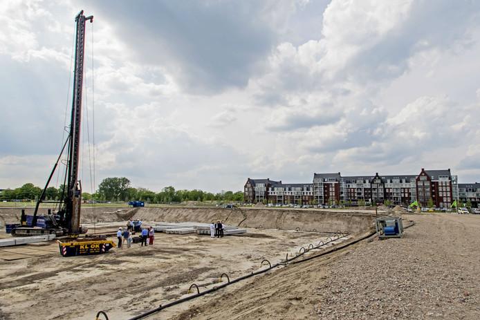 De eerste paal van het nieuwe Van der Valkhotel aan de Kempenbaan ging de grond in.