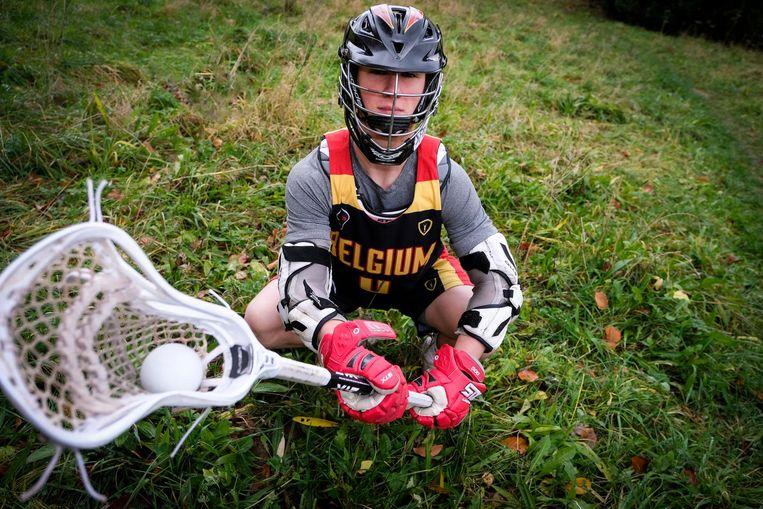Tim De Ceuster, haast onherkenbaar in zijn lacrosse-uitrusting, vertrekt binnenkort naar de States.