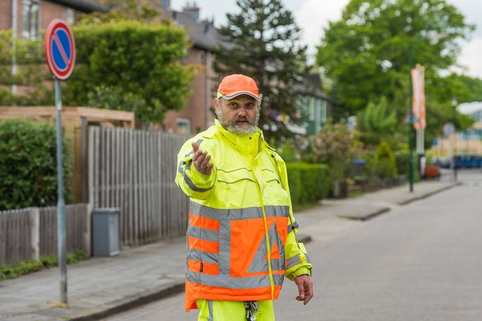 Marcel van Tongeren is officieel verkeersregelaar, maar staat drie keer per dag vrijwillig het verkeer te regelen op de kruising van de Prins Bernhardlaan en Prinses Marijkelaan in Maartensdjik. Hij woont in die straat, in de buurt van een paar scholen en heeft het al vaker mis zien gaan.