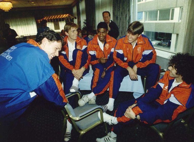 De selectie van Oranje in 1990 met Van Basten, de gebroeders Witschge, Aron Winter en Peter Bosz. Beeld