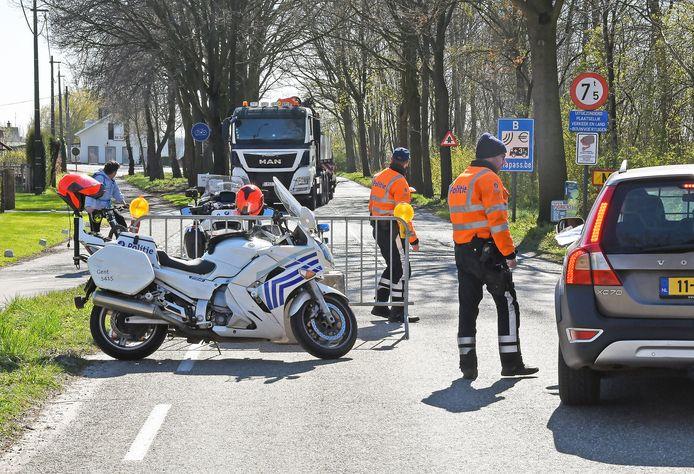 Grenscontrole op de provinciale weg bij Moerbeke.