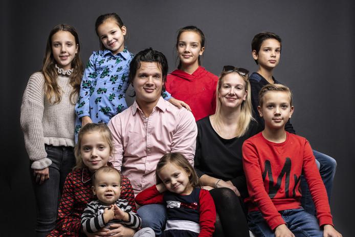 De familie Nagelkerke uit Oudenbosch met op de achterste rij v.l.n.r. Merel (13), Guusje (7), Eline (12) en Stan (11), daartussen Jan (41) en Sofie (39). Op de voorste rij Floor (8), Junior (7 maanden), Madelief (4) en Noud (10).