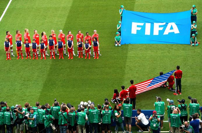 Verenigde Staten luisteren naar het volkslied.