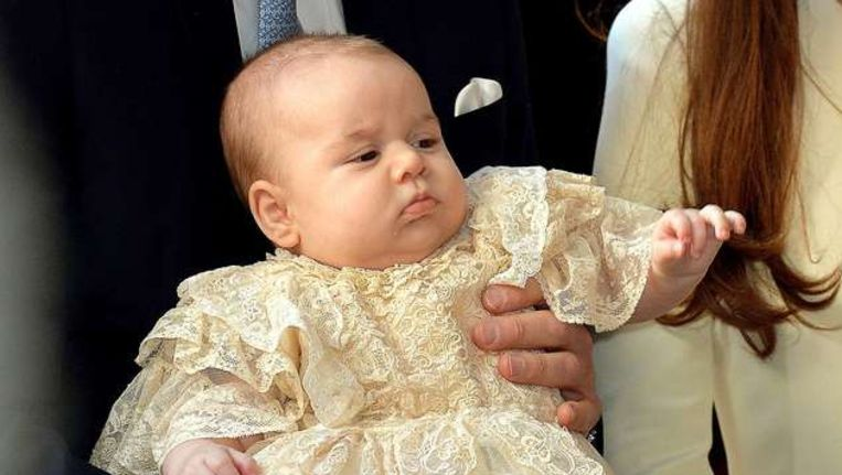 Prins George arriveert met zijn ouders bij St. James Palace. Beeld AFP