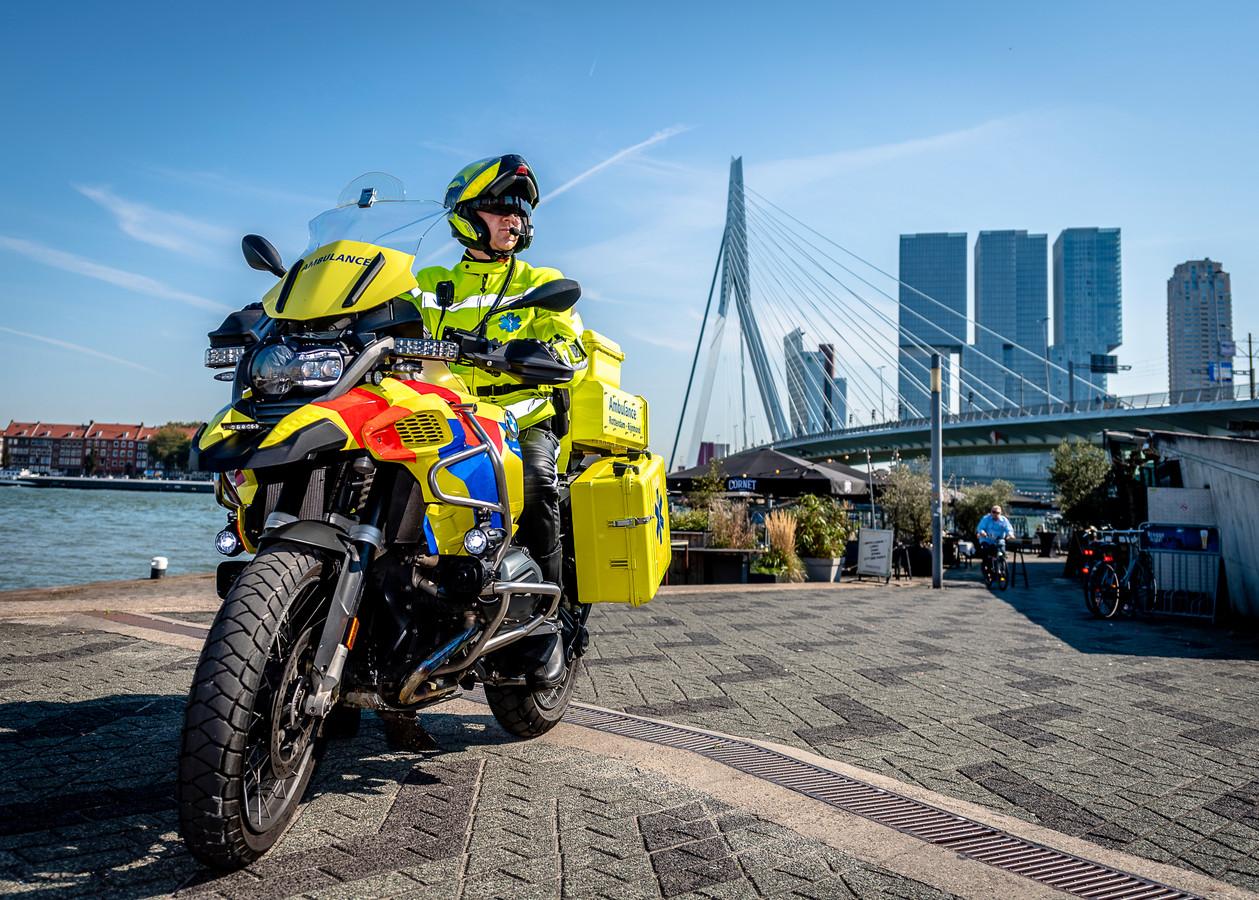 Verpleegkundige Timo van der Hoorn op de nieuwe motorambulance van BMW: ,,Ik kan overal komen.''