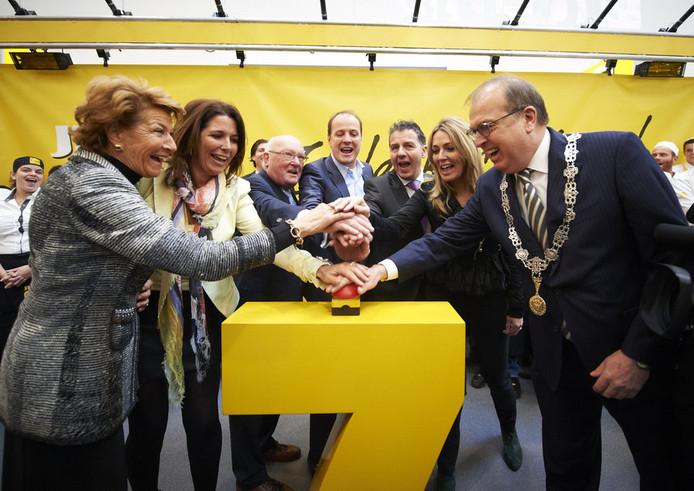 Peter van der Velden (rechts) opent samen met 'Jumbo-famile' Van Eerd de grootste supermarkt van het land