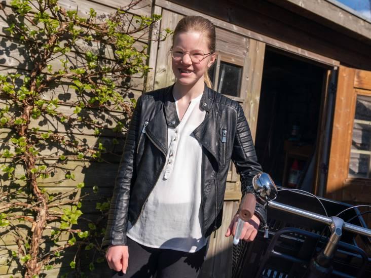 Lotte (13) serveert iedere woensdag friet met kroketten in De Hoge Hof