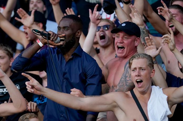 Fernando Lewis tussen de fans bij Willem II.