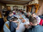 Familie in De Lutte werkt 200 eieren naar binnen: 'Deden dit vroeger al'