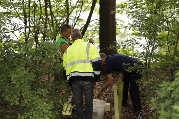 Hulpdiensten inspecteren de gevonden emmer met chemisch afval.