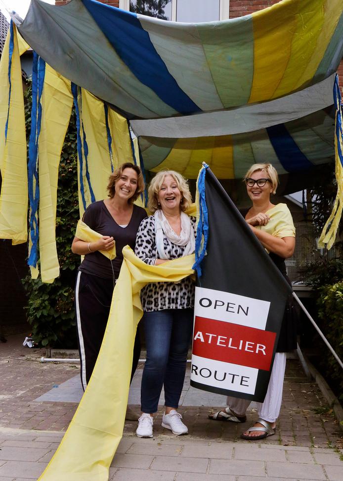 Kunstenaressen zijn er klaar voor , de Atelier Route van komend weekend , vlnr op foto  Emmy Bluemink , Angelique van den Diepstraten en Jacqueline Braat.