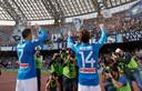 José María Callejón en Dries Mertens vieren feest met de fans van Napoli.