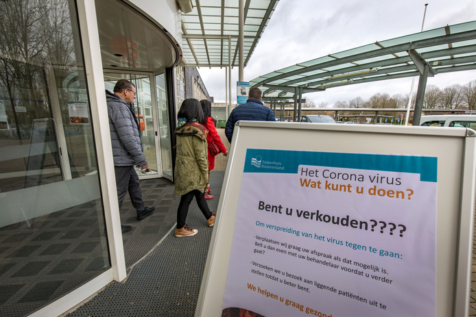 Een corona-adviesbord bij de ingang van Ziekenhuis Rivierenland.