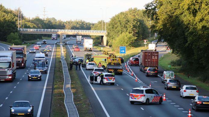 Het verkeer werd op de A28 over de afrit en vluchtstrook geleid.