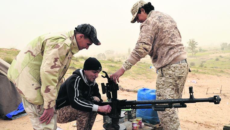 Libië valt ten prooi aan islamistische extremisten, zeggen Kasas en Bunduq, maar hun verzetsgroep in Zuara denkt niet aan opgeven. Beeld Gerbert van der Aa
