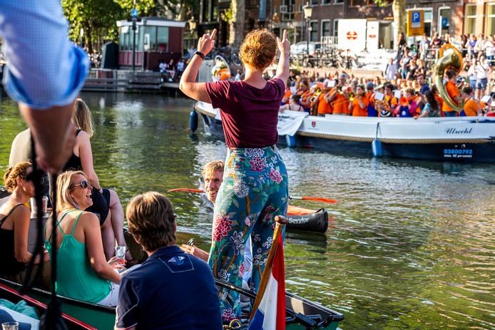 Veel vrolijke gezichten tijdens het gratis Kadeconcert aan de Weerdsluis.