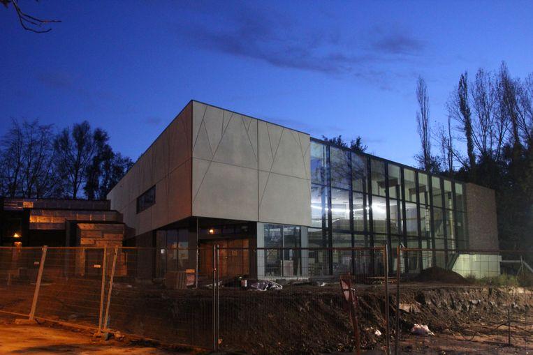 Momenteel wordt volop werk gemaakt van de binnenafwerking van het nieuwe cultuurhuis EMotia vooraan het domein Steenberg in Erpe-Mere.