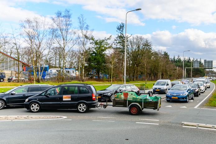 File bij het RMN Afvalstation Soesterberg van de gemeente Zeist.