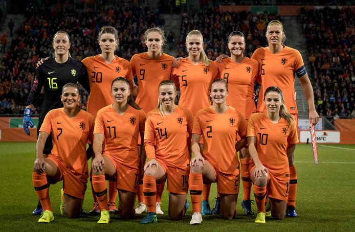 Teamfoto van het Nederlands vrouwenelftal voorafgaand aan de play-offwedstrijd tegen Zwitserland voor een plaats bij het WK 2019 in Frankrijk.