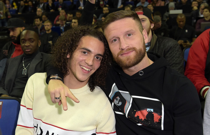 Arsenal-spelers Matteo Guendouzi en Shkodran Mustafi bij NBA London Game 2019 tussen de Washington Wizards en New York Knicks.