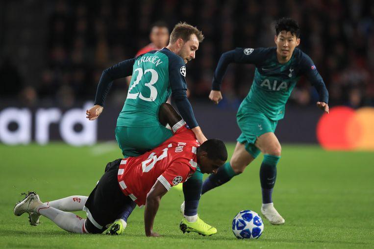 Christian Eriksen (23) wordt in Eindhoven dwarsgezeten door PSV'er Pablo Rosario. Rechts Son Heung-min van Spurs. Beeld Getty Images