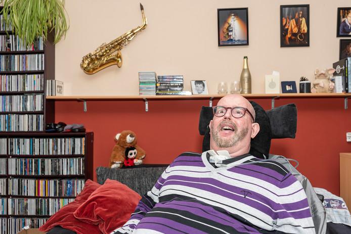 Dick van der Heijde kan sinds 1991 niet bewegen of praten. Hij communiceert en schrijft door met zijn ogen te knipperen.