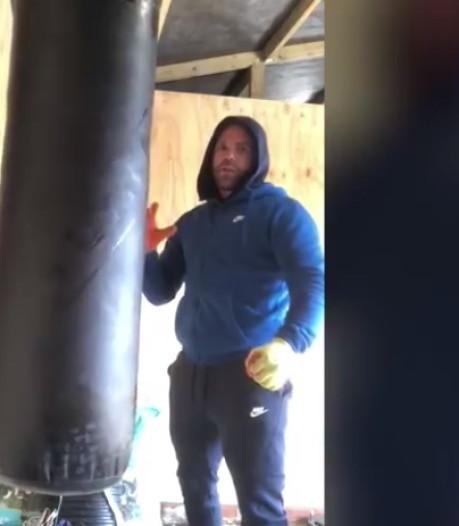 Un champion de boxe explique comment frapper sa femme par temps de confinement, puis s'excuse