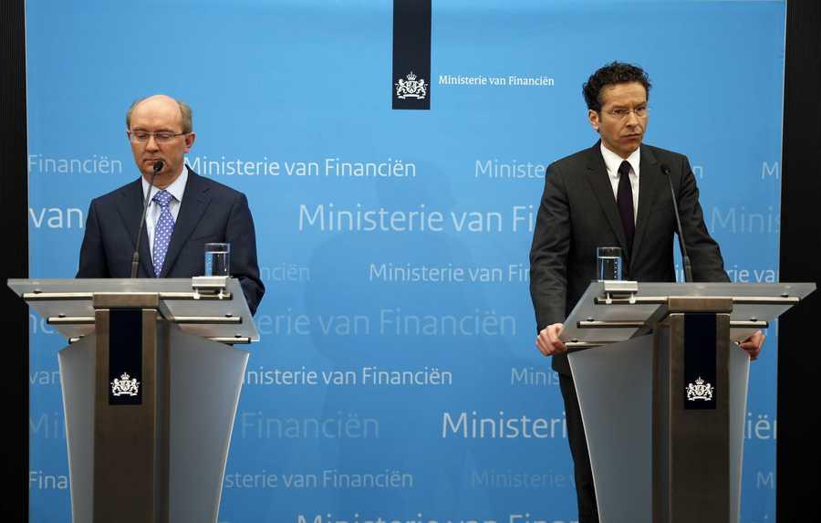 Jan Sijbrand, directeur toezicht van De Nederlandsche Bank (L) en minister Jeroen Dijsselbloem van Financien maken bekend dat SNS Reaal genationaliseerd wordt.