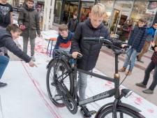 Scholieren 'ontwerpen' pakpapier voor in Vlissingse binnenstad winkelende mensen
