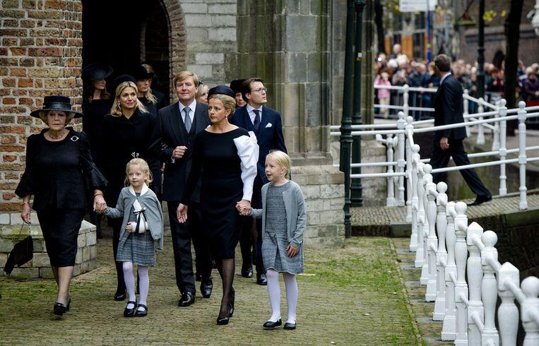De koninklijke familie arriveert bij de Oude Kerk in Delft voor de herdenking van prins Friso. Beeld ANP