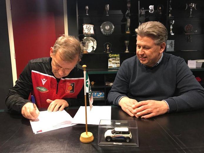 Jack Sweres (links) ondertekent het contract wat hem nog minstens één seizoen aan Zundert bindt.