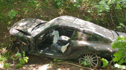 Porsche crasht in berm E34, passagier gewond