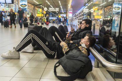 208 vluchten geannuleerd: Schiphol plaatst veldbedden voor gestrande reizigers