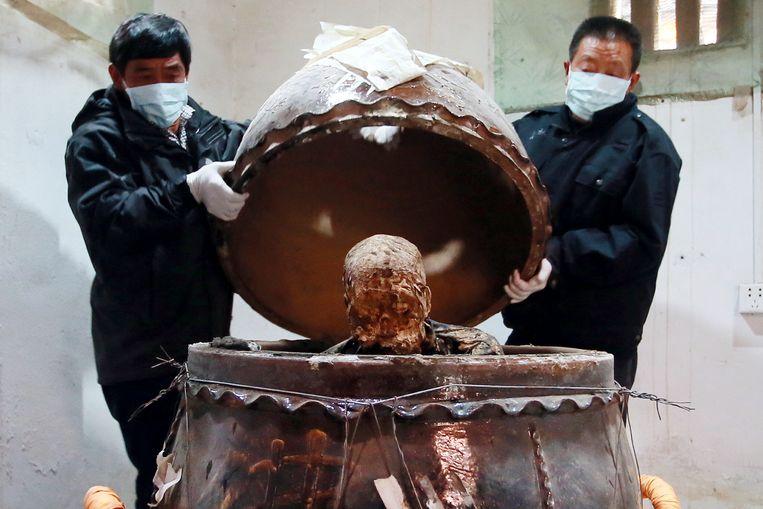 De pot waarin het lichaam van Fu Hou bewaard werd, werd na drie jaar weer geopend.