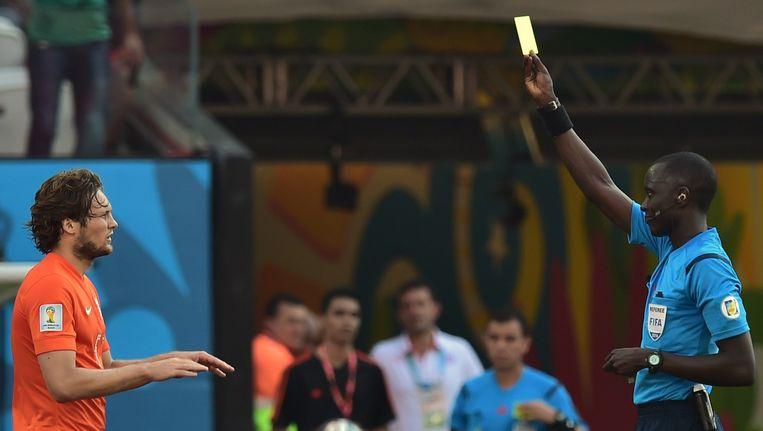 Bakary Papa Gassama geeft een gele kaart een Daley Blind. Beeld anp