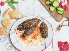 Wat Eten We Vandaag: Turkse kebabspiezen met yoghurt en rauwkost