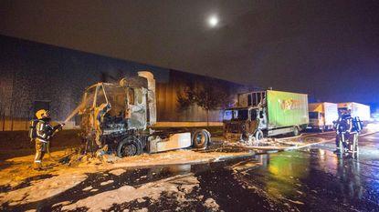 Twee vrachtwagens in brand gestoken