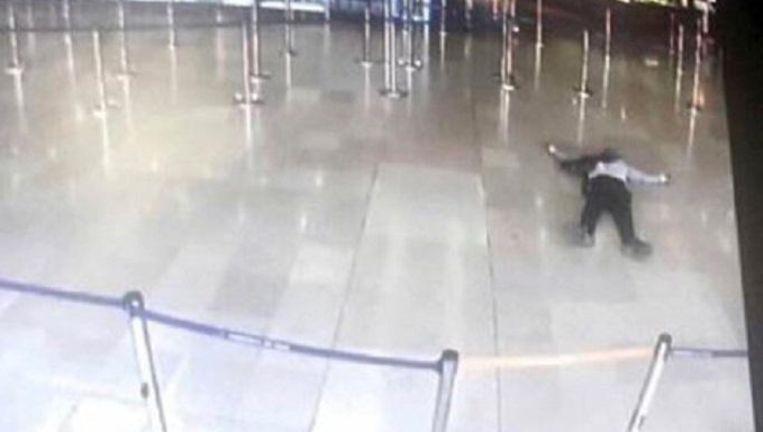 De man op de foto greep het wapen van een militair en werd daarna doodgeschoten in de luchthaven van Orly.