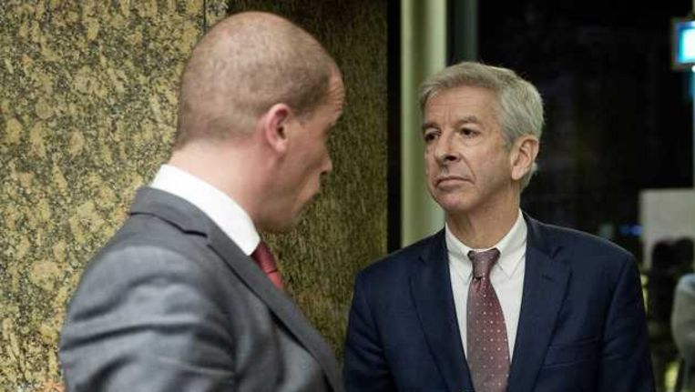 Diederik Samsom in gesprek met minister Ronald Plasterk. Beeld anp