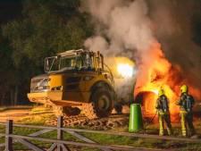 Dumpertruck zwaar beschadigd door brand bij recreatieplas Beek