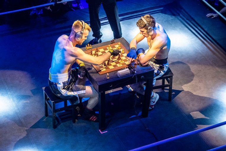 Eerst schaken, dan boksen. In ronde drie is de Let Olegs Petrovski aan zet in Paradiso, Amsterdam.  Beeld Patrick Post