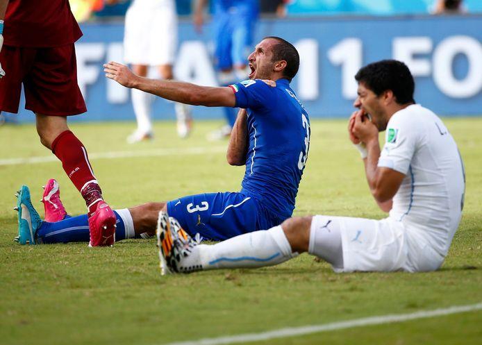 Suárez doet alsof hij een klap heeft gekregen van Chiellini, maar is zelf de dader.