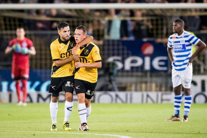 NAC-speler Giovanni Korte juicht na de 1-0 met medespeler Mounir El Allouchi.